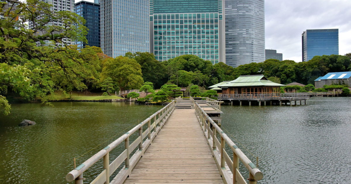 Tidal Pond and Teahouses at Hama-rikyu Gardens in Tokyo, Japan ...